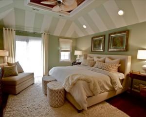 Полоски на потолке в постельных тонах в спальне