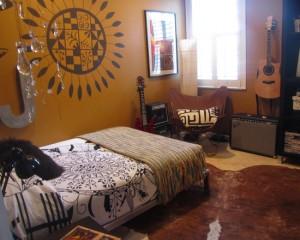 Стены золотого цвета в комнате подростка