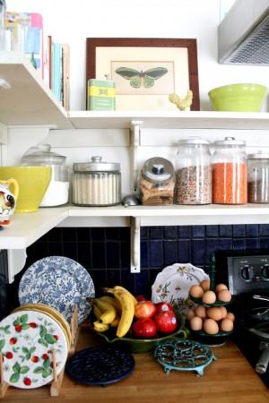 Декор кухни полками для мелочевки