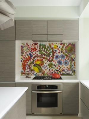 Яркий фартук на кухне