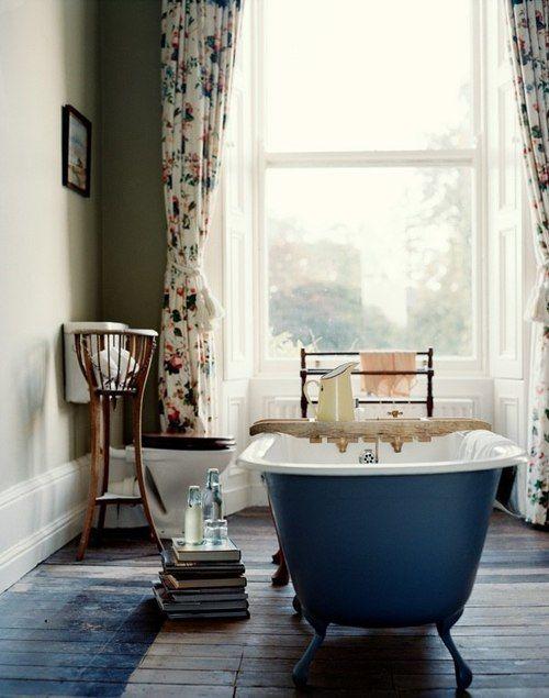 Ретро стиль в ванной комнате с окном напротив ванны