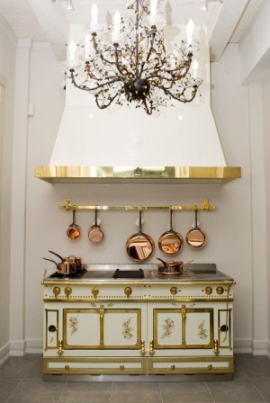 Кухонная плита в бело-золотом цвете