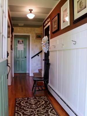 Полосатый потолок в серых тонах в коридоре