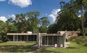 Эко дом в лесу, оформленный в стеклянно-деревянном стиле