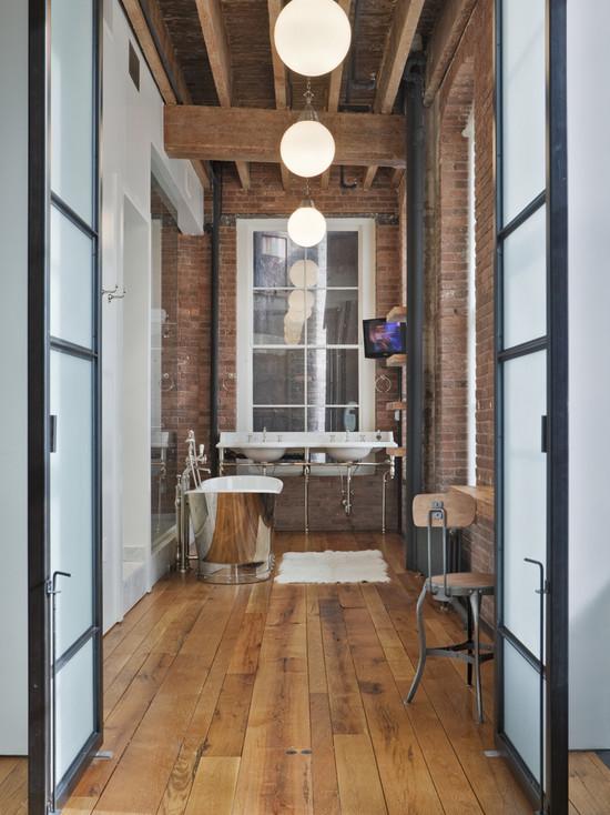 Большая ванная комната с кирпичными стенами