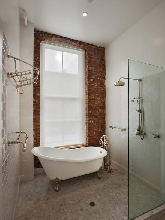 Одна стена в ванной комнате задекорирована кирпичной кладкой