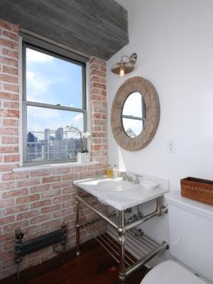 Маленькая ванная с окном и каменной стеной
