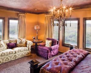 Спальная комната в сочетание золотого и фиолетового
