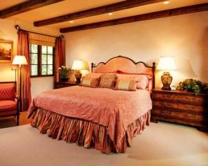 Сочетание золота, дерева и спальных оттенков розового в спальной комнате