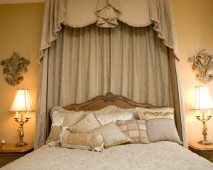 Мелкие золотые детали в спальной комнате