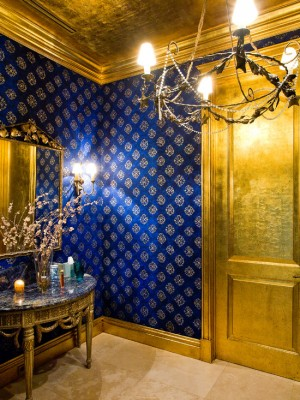 Яркое насыщенное золото в сочетании с синем цветом