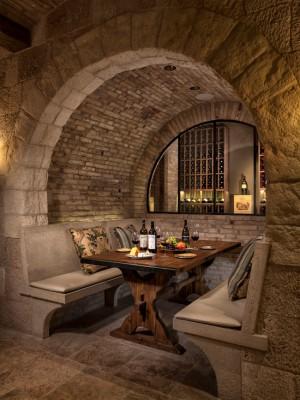 Обеденный стол с видом на хранилище вина