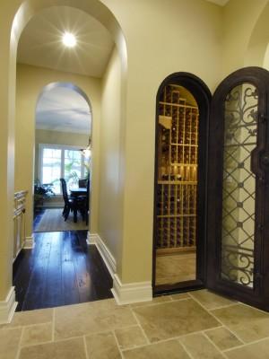 Небольшой винный шкаф за межкомнатной дверью