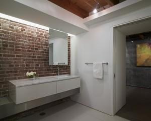 Кирпичная кладка в большой белой ванне