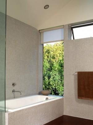 Окно в ванной комнате 15