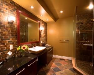 Декоративный кирпич в просторной ванне