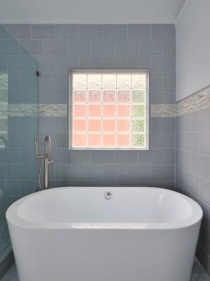 Окно в ванной комнате 17