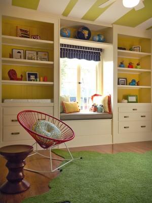 Детская комната с потолком в полоску