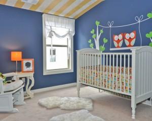 Желто-белый потолок с синими стенами