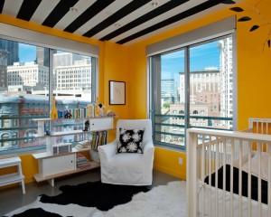 Черно-белые полоски на потолке с желтыми стенами
