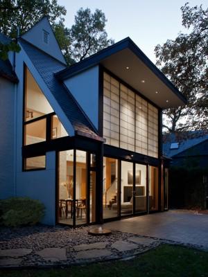 Дом в восточном стиле с большими окнами