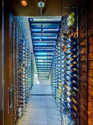 Оригинальное хранение вина под лестницей