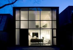 Небольшой дом в стиле фай-тек с прозрачным фасадом