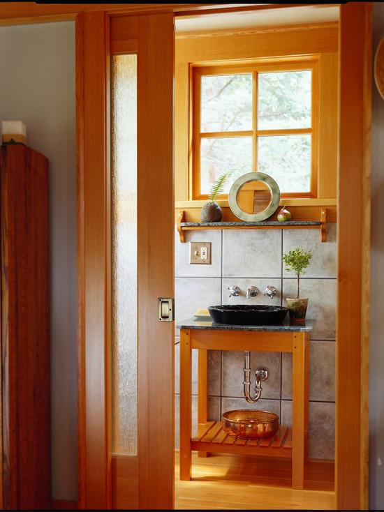 Ванная с большим количеством дерева с маленьким окном над раковиной