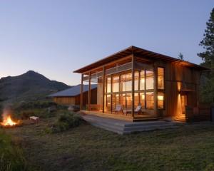 Деревенский стиль с большими стеклянными окнами