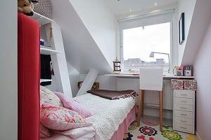 Небольшая спальня в мансардной комнате