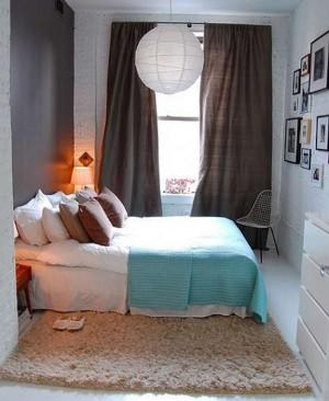 Симпатично оформленная небольшая спальня