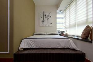 Спальня с широким подоконником