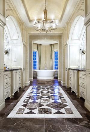 Просторная ванная с мраморным полом