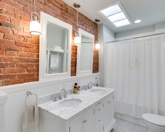 Красная кирпичная стена в белой ванной комнате