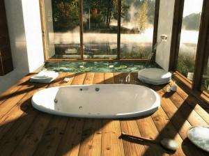 Интерьер ванной с деревянным полом