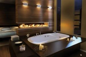 Интерьер ванной комнаты с деревянной стеной и камином