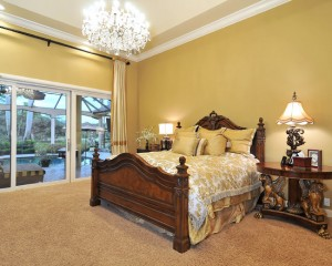 Спокойная спальня декором золотого цвета