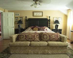 Классическая спальня с большим количеством золотого цвета