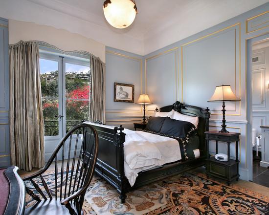Скромный классический стиль интерьера в голубом цвете с золотыми деталями