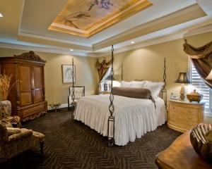 Дизайн спальни с большим количеством золотых предметов интерьера и росписью потолка