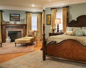 Шторы золотого цвета в классической спальне