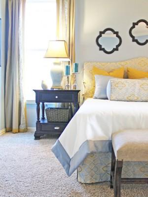 Сочетание голубого и золотого в спальне