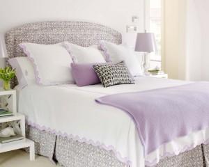 Сочетание лилового и белого в стальной комнате