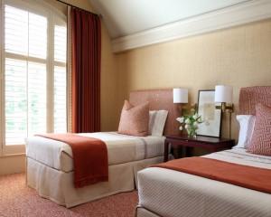 Сочетание спокойного красного и золотого в спальне