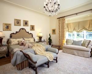 Фоторамки золотого цвета над кроватью