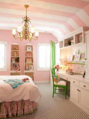 Розовые стены и бело-розовые полоски на потолке с небольшими зелеными деталями в комнате
