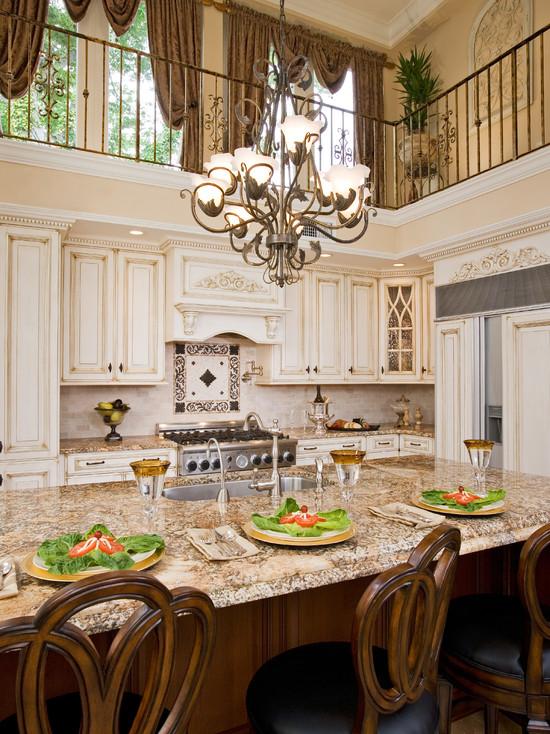 Золотой декор на белой кухне