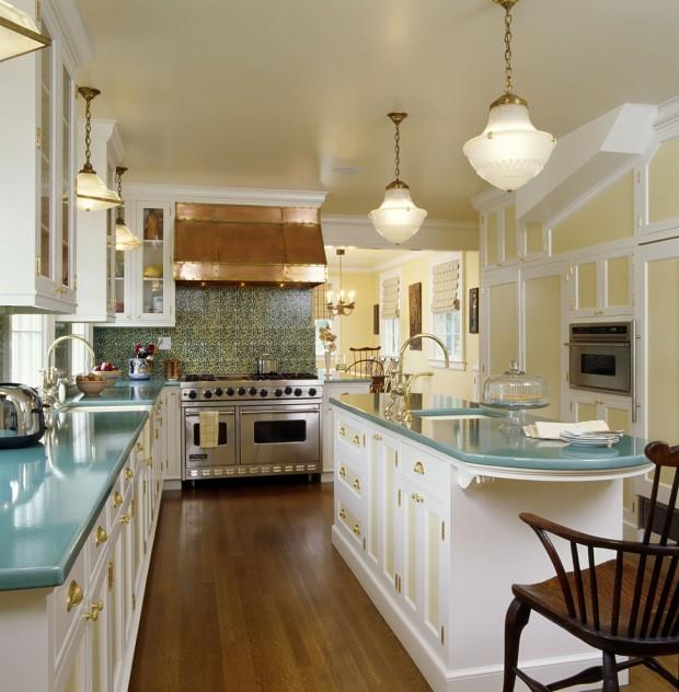 Золотая фурнитура на белой кухне