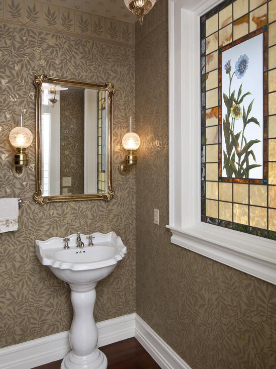 Витраж в классической ванной комнате