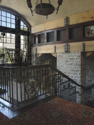 Лестница с гербом